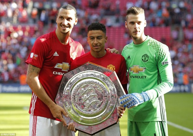 United's two goalscorers Ibrahimovic and Lingard pose for a photo with goalkeeper De Gea on the pitch at full-time