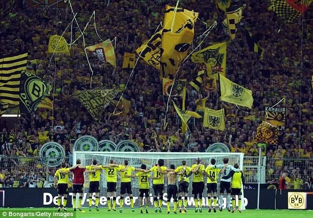 del Borussia Dortmund Westfalenstadion (en la foto) tiene una capacidad de más de 80.000.  No se sabe lo que estadios de grupo terrorista fue supuestamente dirige
