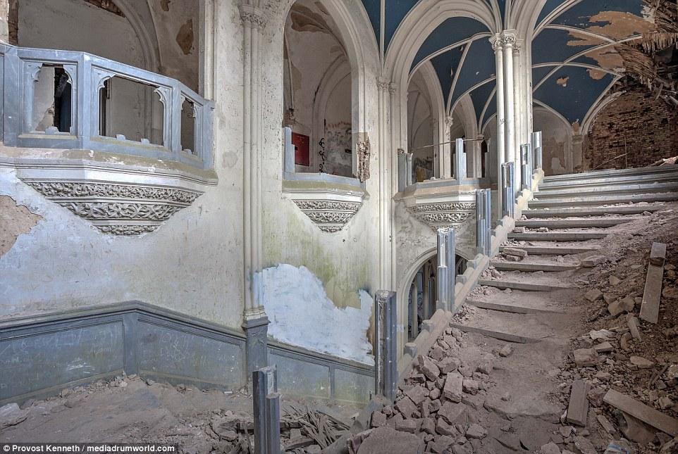 Cumuli di macerie sono sparsi in tutto l'edificio, come scale e muri sono crollati, mentre i pavimenti sono stati strappati fuori