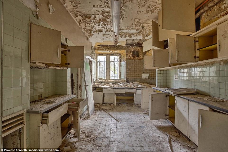 Peeling vernice, armadi rotti e muratura sparsi in tutto il mondo - Chateau Miranda è in un grave stato di abbandono