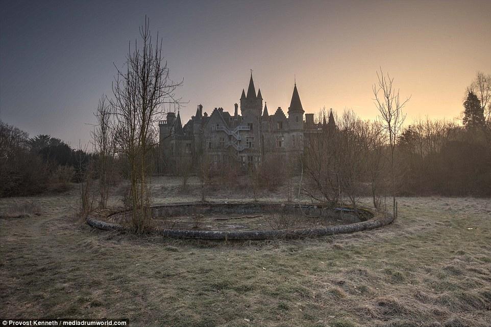 Il castello, mentre rovinato al suo interno, ha ancora una bella silhouette contro il cielo della sera