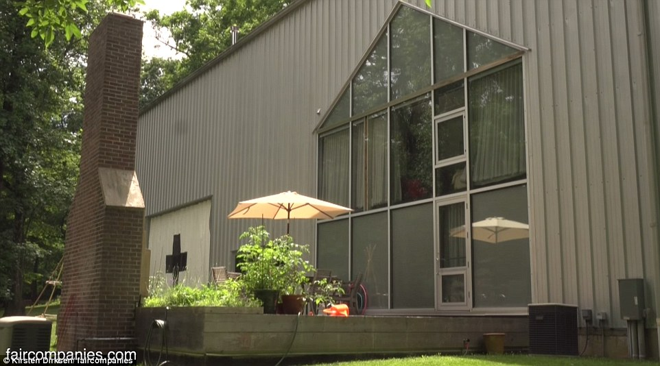 New Jersey Family Lives In A Farmhouse Inside Aircraft