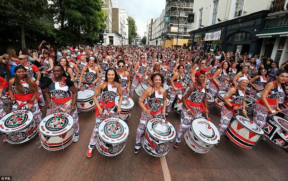 ¡Qué vista! Samba banda de tambores Batala realizar en el desfile lunes durante el segundo día de Carnaval de Notting Hill