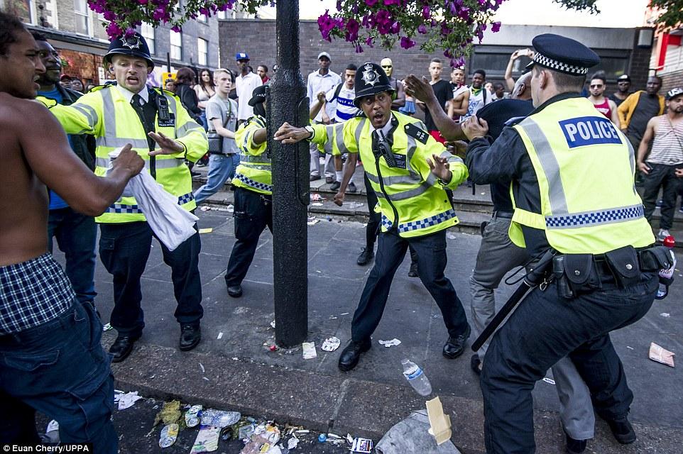 Los agentes de policía se vieron obligados a intervenir como la pelea se inició en la calle durante la celebración anual de dos días