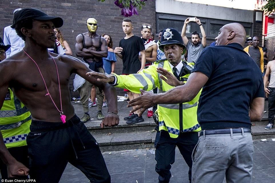 La gente miraba como en una pelea frente a los agentes durante el carnaval de Notting Hill en Londres del oeste de ayer