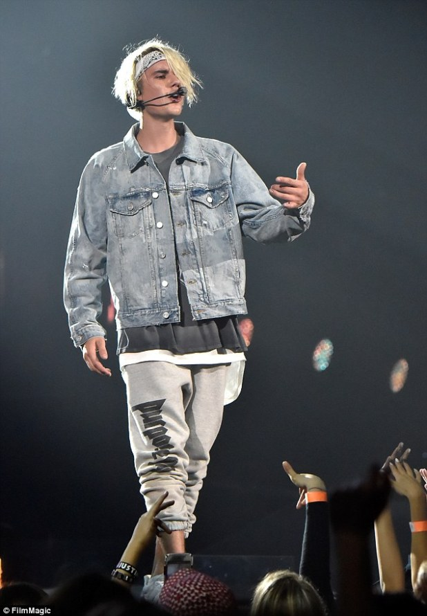 He wore it first: The Cold Water hit maker had on the exact same Purpose sweatpants on in March when in LA Read more: http://www.dailymail.co.uk/tvshowbiz/article-3764253/Sofia-Richie-wears-beau-Justin-Bieber-s-sweatpants-Purpose-tour-lovefest-Mexico.html#ixzz4IqB9uzsn Follow us: @MailOnline on Twitter | DailyMail on Facebook