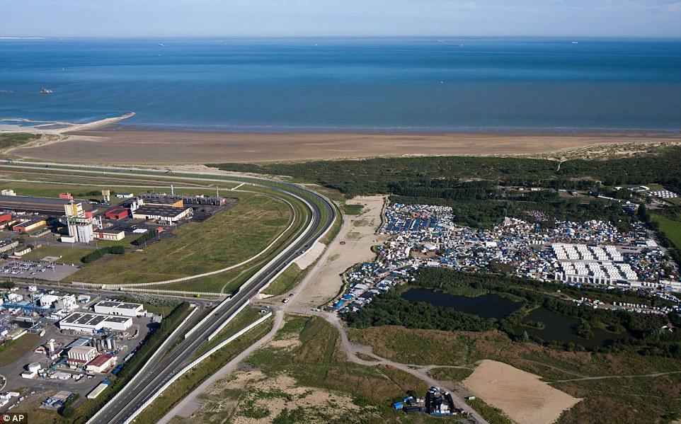 Los comerciantes en Calais amenazados hoy para bloquear todas las carreteras alrededor de la ciudad portuaria francesa hasta el creciente campo de refugiados 'Jungle' (a la derecha) está completamente demolido