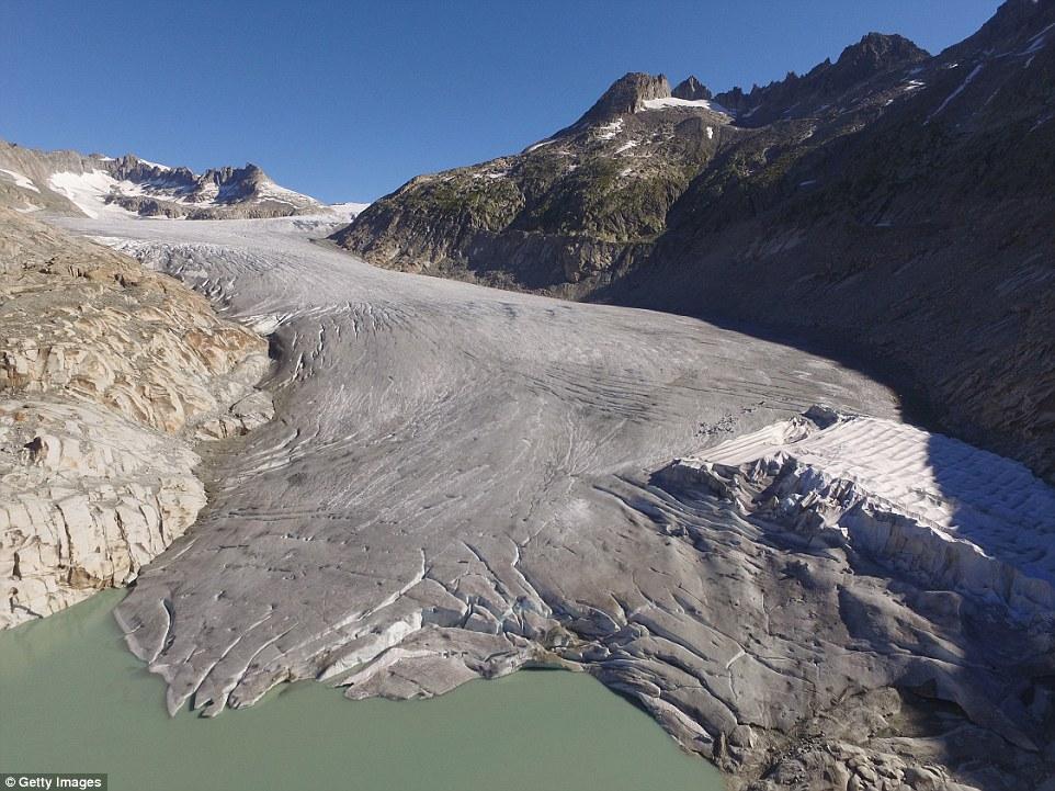 Il ghiacciaio del Rodano (nella foto) si estendeva verso il basso dalla sua posizione attuale nella valle sottostante fino al villaggio di Gletsch, ma si è ridotta drasticamente negli ultimi 120 anni
