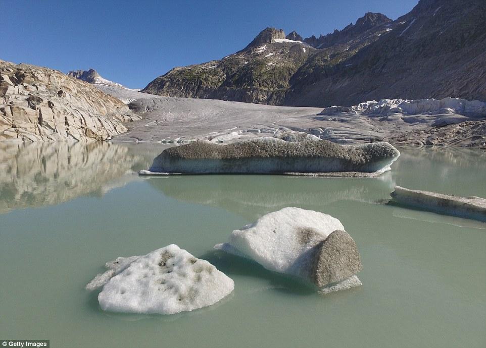 Gli scienziati colpa del riscaldamento globale per il ritiro dei ghiacciai in Europa (ghiacciaio del Rodano nella foto).  Dicono che la loro fusione potrebbe avere un impatto a lungo termine sulla fornitura di acqua fresca a valle delle montagne