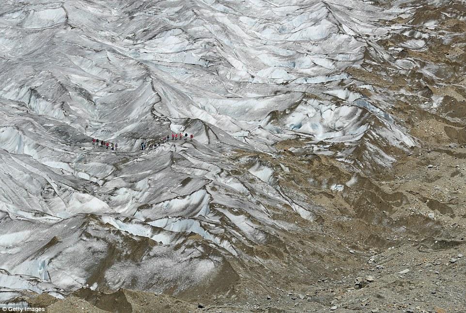 Il ghiacciaio Aletsche in Bettemeralp, Svizzera, (nella foto) è il più grande ghiacciaio del paese, ma è diminuita rapidamente.  Attualmente è di 14 miglia di lunghezza (23 km) di lunghezza e fino a 2.952 piedi di profondità