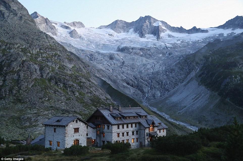 Il ghiacciaio Waxeggkees vicino Ginzling, Austria, riempito il bacino della valle accanto alla Berliner Huette, ma da allora ha ritirato indietro il fianco della montagna.  Le cicatrici lasciate dal ghiaccio si possono ancora vedere dove la linea vegetazione corre lungo la valle (nella foto)