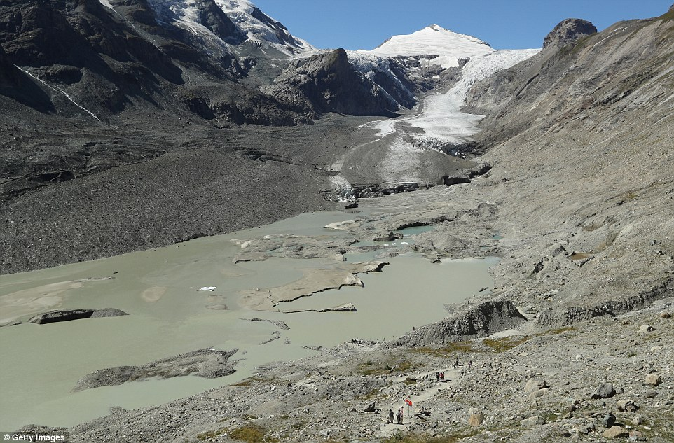 Sarebbe stato una volta impossibile camminare fino al bacino di roccia sotto il ghiacciaio Pasterze in Austria (nella foto) senza prendere la strada attraverso il ghiaccio e con attrezzature a piedi ghiacciaio specialista come è stato sepolto sotto il ghiaccio spessa 200 piedi