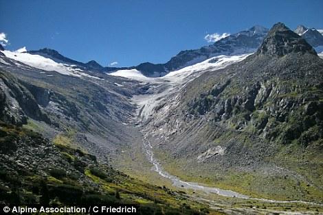 Nel 2015 il ghiacciaio si ritirò Hornkees da 446 piedi, portandolo più in alto la montagna (nella foto)