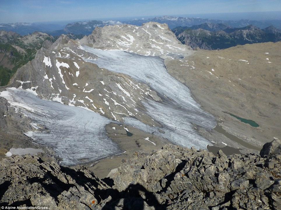 Entro il 2015, tuttavia, la maggior parte del ghiaccio si era sciolto, causando il ghiacciaio a disintegrarsi in frammenti (nella foto)