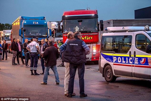 Bajo la lluvia ligera, alrededor de 70 camiones iniciaron una 'huelga de celo' en la autopista A16 - la arteria principal de transporte de mercancías y pasajeros en dirección a Gran Bretaña ya sea a través del puerto o el túnel de la Mancha