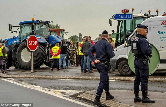 Los agricultores franceses también empezaron a reunirse con sus tractores cerca de la ciudad de Marck ya que ellos también planean unirse con el bloqueo