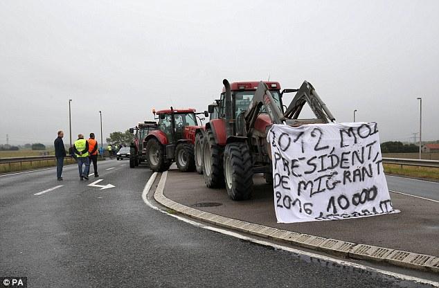 """El bloqueo causará miseria para miles de británicos se dirigen a Calais que regresan de las vacaciones hoy y el Ministerio de Asuntos Exteriores les advirtió a """"prepararse para retrasos '"""
