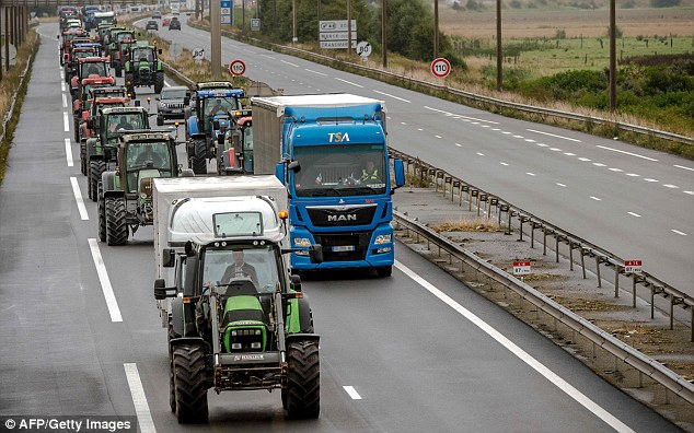 El ministro del Interior francés, Bernard Cazeneuve, prometió el viernes para desmantelar la selva 'a finales del año'