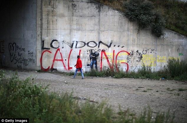 Sueños: 'London Calling' se pulveriza a través de la longitud de una pared en el campo migratorio Selva