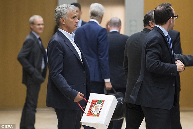 Mourinho arrived late for Sir Alex Ferguson's speech and asked if he could sit next to Wenger