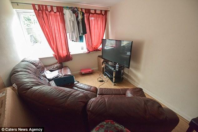 Ayuntamiento de Luton albergaba la familia en un hotel de cuatro meses antes de que se movían inot su hogar actual. Sr. Sube trasladó desde Francia a Gran Bretaña en 2012 para estudiar enfermería