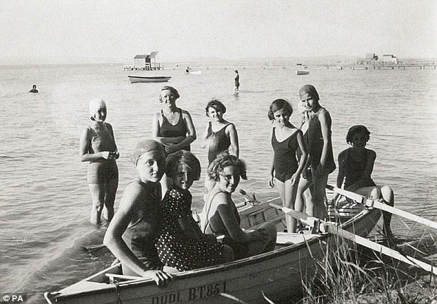 Jane Haining (torna seconda a sinistra) durante una gita al Lago Balaton con alcune delle ragazze a sua cura