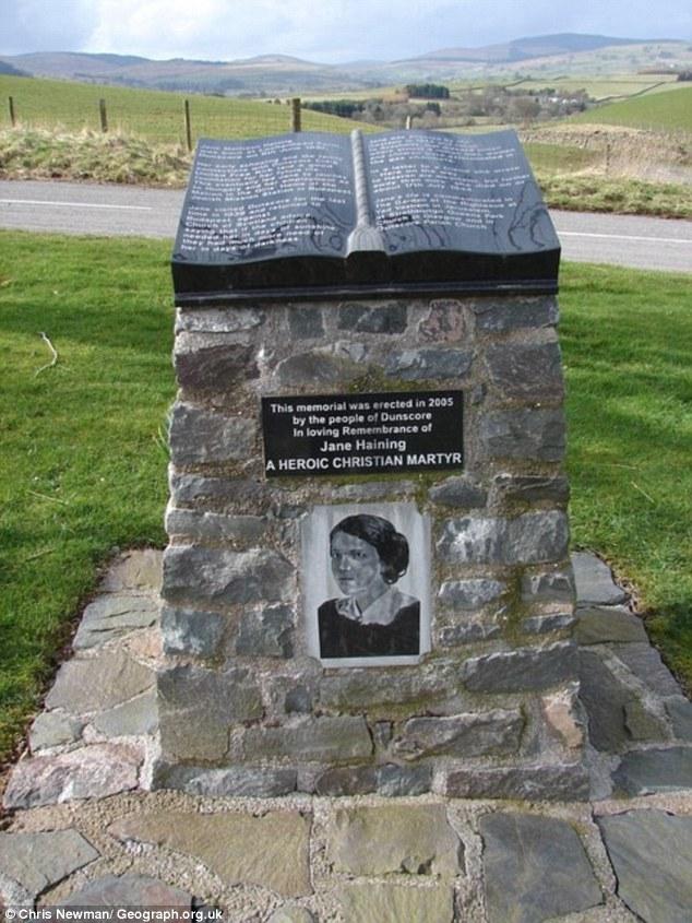 Nella foto è un memoriale per Miss Haining nella sua città natale di Dunscore in Dumfriesshire