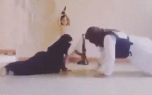 En el mismo vídeo, que luego le pone a trabajar haciendo flexiones mientras el niño ondas de la pistola de la mano alrededor encima de su cabeza - pulgadas de un Kalashnikov apoyado en la pared