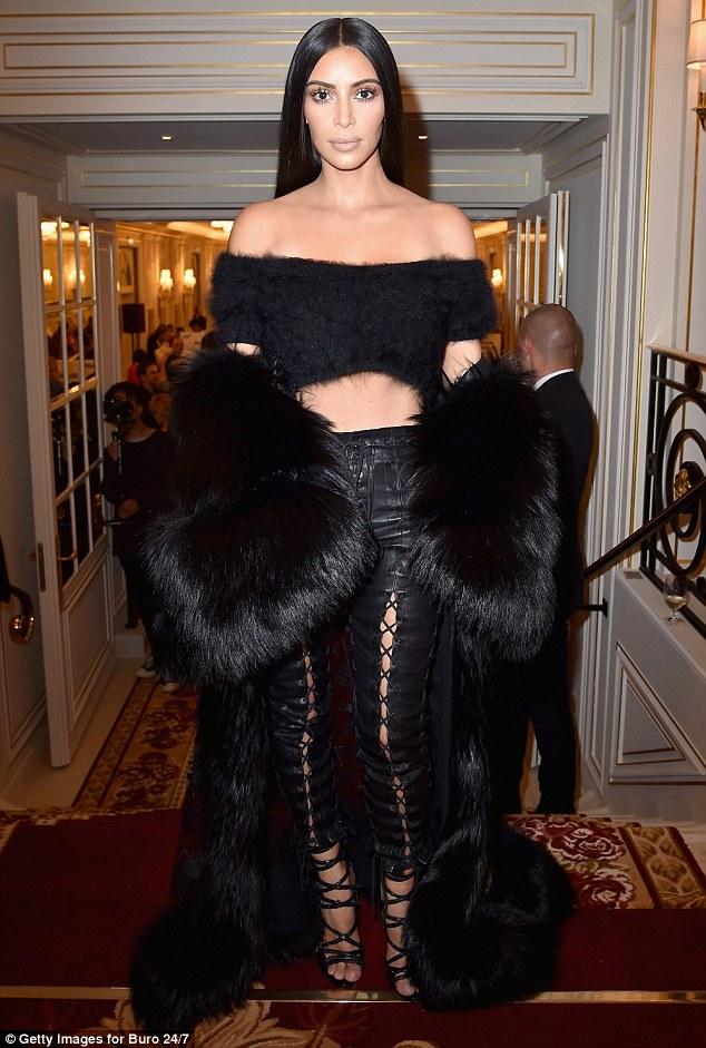 Pequenininho pequenas: Kim mostrou fora sua cintura fina em um top preto recortada, que ela emparelhado com leggings de couro picantes com o detalhe de ponto