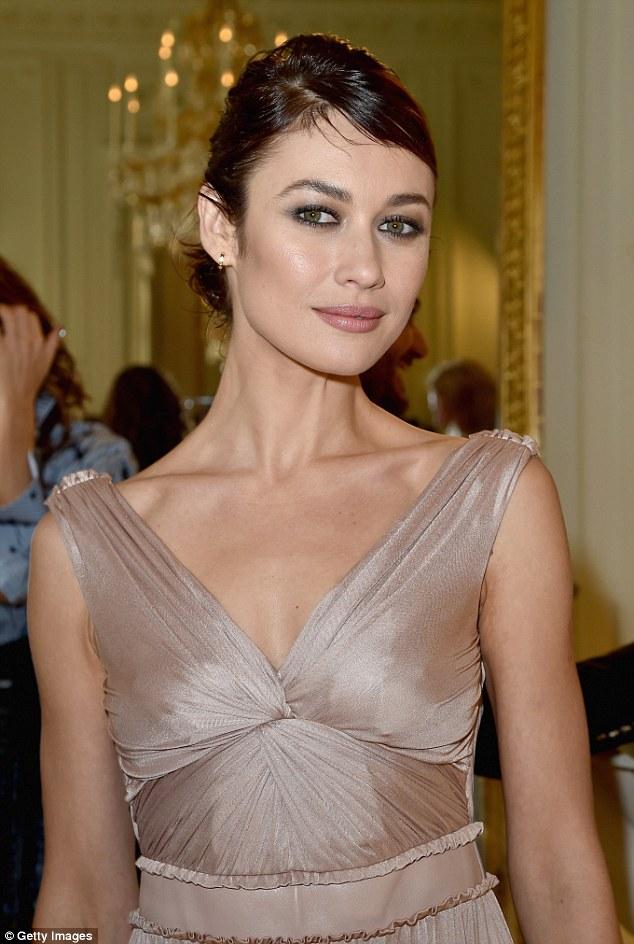 Beleza: Ela usava um vestido de seda que ficava apenas fora de seus ombros e rouched em seu meio
