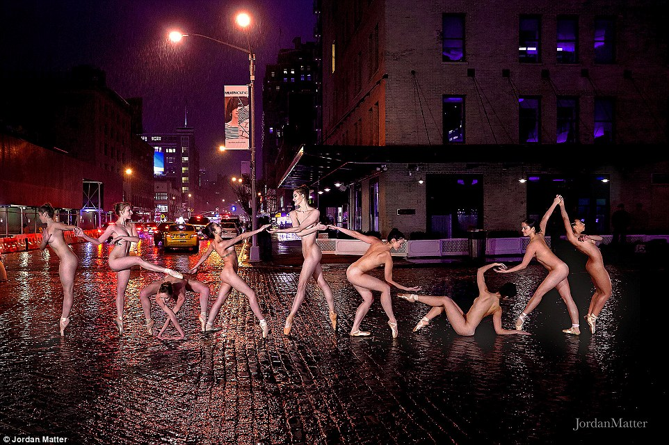 Muitas das fotos americanos foram capturados em ou perto de marcos de Nova York.  Houston Ballet dancer Harper Watters também posou para a matéria como uma estátua humana no Rockefeller Center.  Durante esta sessão de fotos que estava chovendo em uma esfriar noite New York City