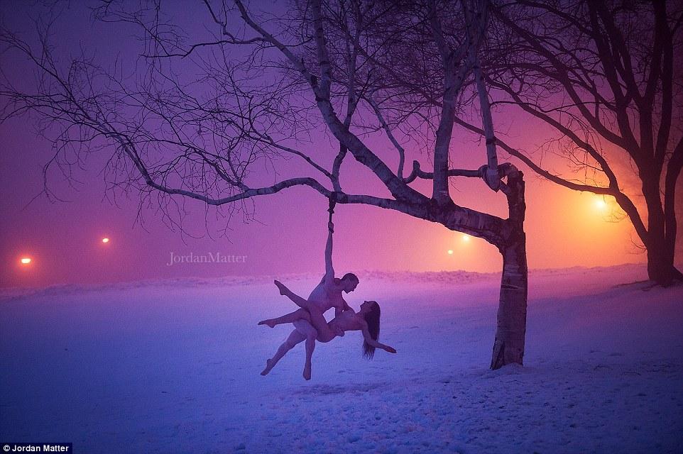 Nesta foto de tirar o fôlego, dois dançarinos penduram de uma árvore como cobertores de neve no chão em Montreal, Canadá