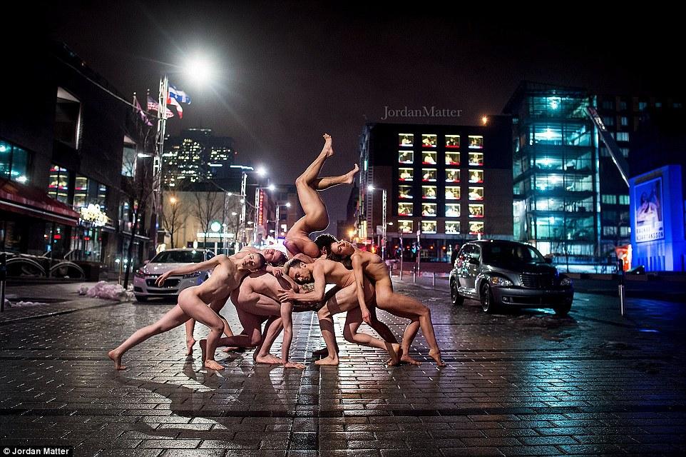 As imagens expressivas, dinâmicas e artísticas em novo livro de matéria estará disponível ao público na terça-feira e está sendo publicado pela Workman Publishing Co. Estes talentosos dançarinos estão levantando em uma rua em Montreal, Canadá