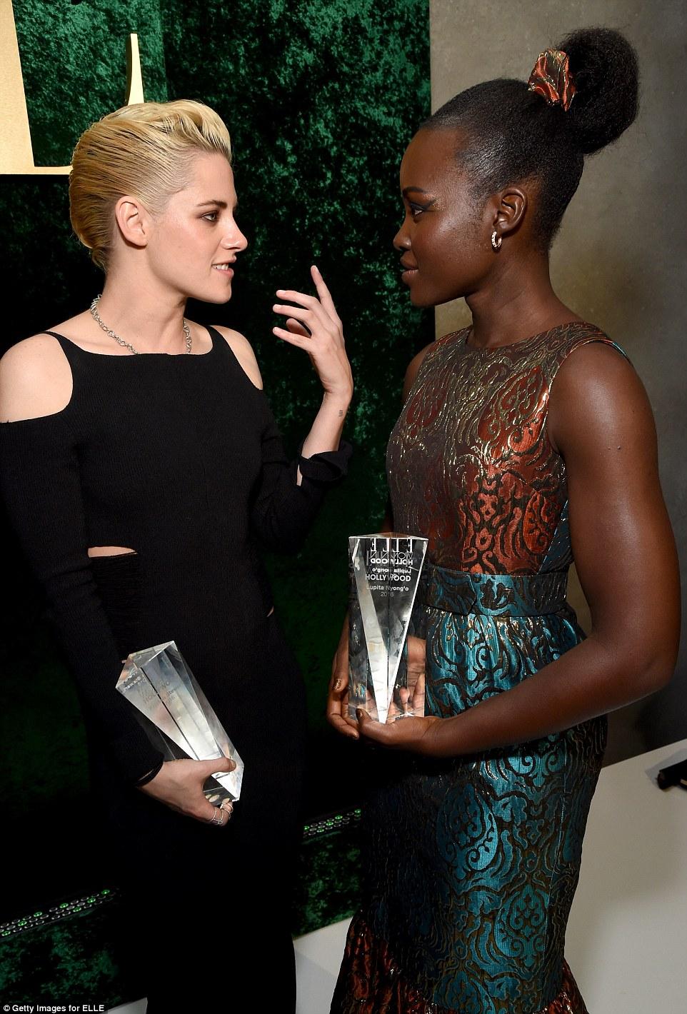 Ter uma conversa: Kristen e Lupita apanhados dentro da festa glamourosa