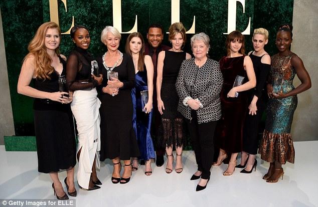 Todas as estrelas: (LR) Honoree Amy Adams, homenageado Aja Naomi Rei, homenageada Helen Mirren, homenageado Anna Kendrick, apresentador Anthony Anderson, ELLE Editor-in-Chief Robbie Myers, homenageado Kathy Bates, homenageado Felicity Jones, homenageado Kristen Stewart, e homenageada Lupita Nyong'o