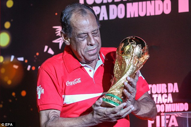 Carlos Alberto pictured in April 2014 with the World Cup trophy in Rio de Janeiro
