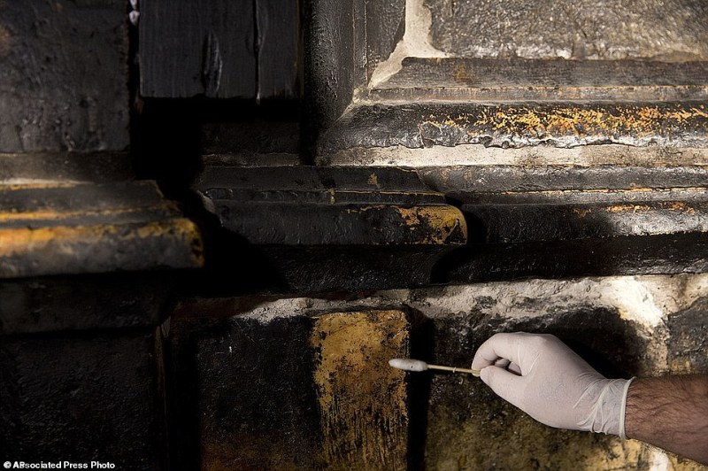 The Edicule and the tomb are currently being restored by scientists from the National Technical University of Athens. Using cotton swabs dipped into a solution of liquid soap and water, centuries-old layers of wax and carbon dioxide are scrubbed away by a restoration expert