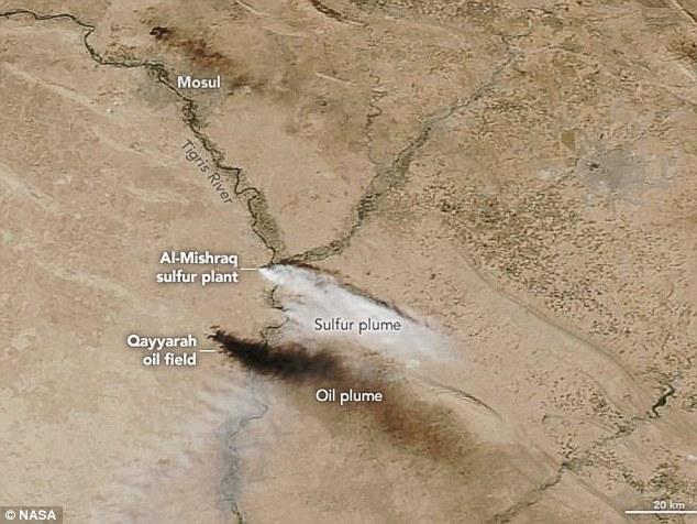 IS fait exploser l'usine de soufre al-Mishraq plus tôt ce mois-ci d'entraver l'avance des forces irakiennes. Sur la photo, cette image satellite de la NASA montre le panache de dioxyde de soufre