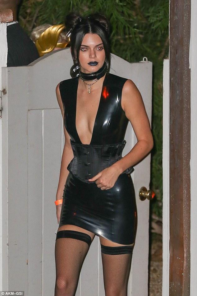Menina gótico: Kendall Jenner chegou à festa em um look inspirado gótico