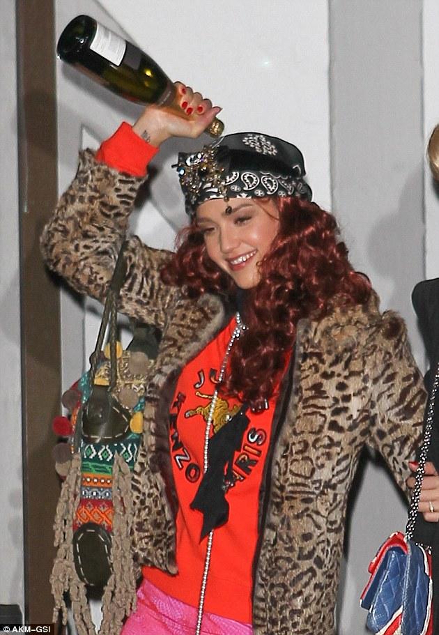 Ab Fab: Absolutely Fabulous foi, literalmente, a única maneira de descrever o traje de Jessica Alba na sexta à noite
