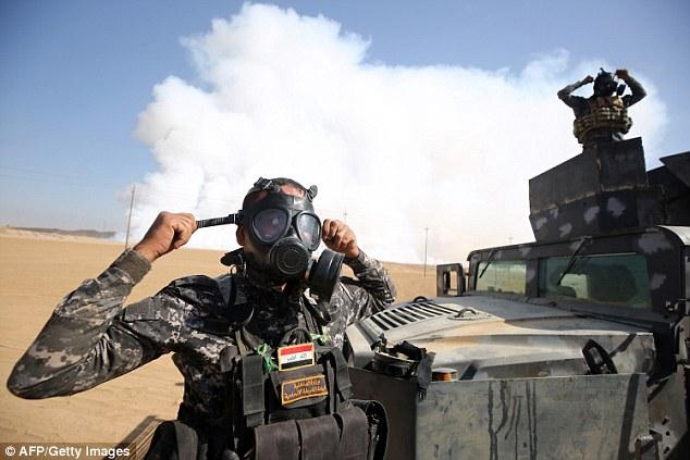 Vice-Premier Ministre Veysi Kaynak a déclaré que les services de gestion des catastrophes de la Turquie travaillent pour prévenir tout accident. Sur la photo, les forces irakiennes portent des masques à gaz pour la protection