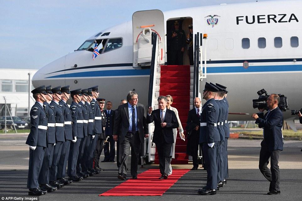 O presidente colombiano, Juan Manuel Santos (centro-direita) é atendida por Lord-in-Waiting Visconde Hood (centro-esquerda), enquanto ele e sua esposa Maria Clemencia Rodriguez (atrás) chegar ao aeroporto de Stansted, em Essex ontem à frente da sua primeira visita de Estado do Reino Unido