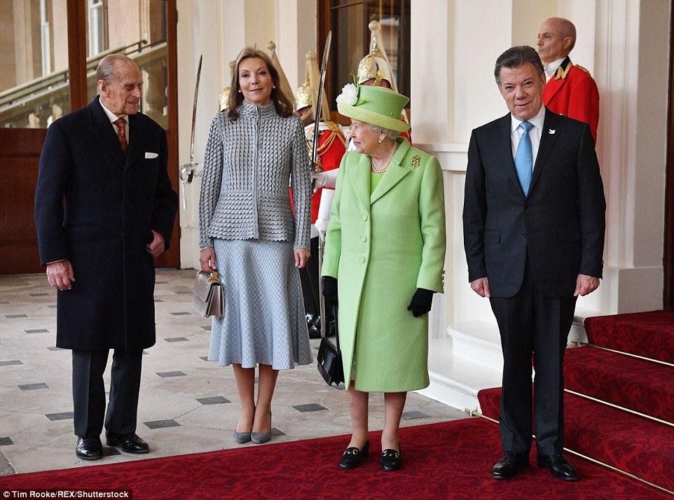 O duque de Edimburgo e da Rainha compartilhar um momento como eles têm sua foto tirada com o presidente Santos e Maria