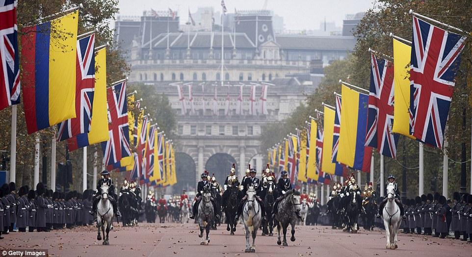 União e bandeiras colombianas forrar o Mall, a rainha e presidente Santos partida Horse Guards Parade nesta manhã