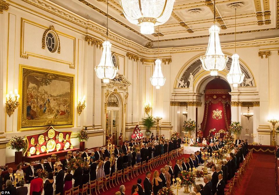 Os hóspedes ficam no banquete de Estado em honra do presidente colombiano e sua mulher no salão de baile do Palácio de Buckingham