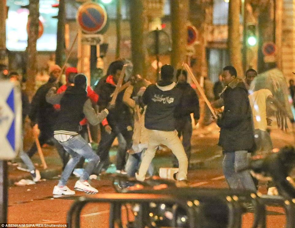 Violence: Au milieu de scènes chaotiques, des gangs d'hommes ont été vus brandissant des morceaux de bois et dressés pour une bataille de rue