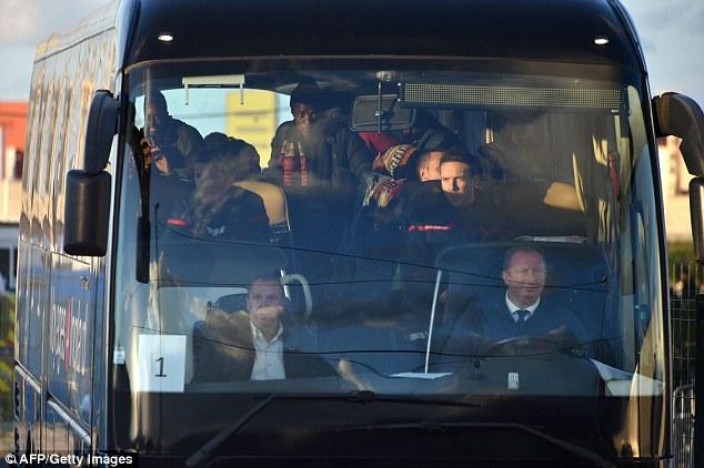Les mineurs migrants non accompagnés sont représentés dans un bus qui part pour un centre d'accueil aujourd'hui