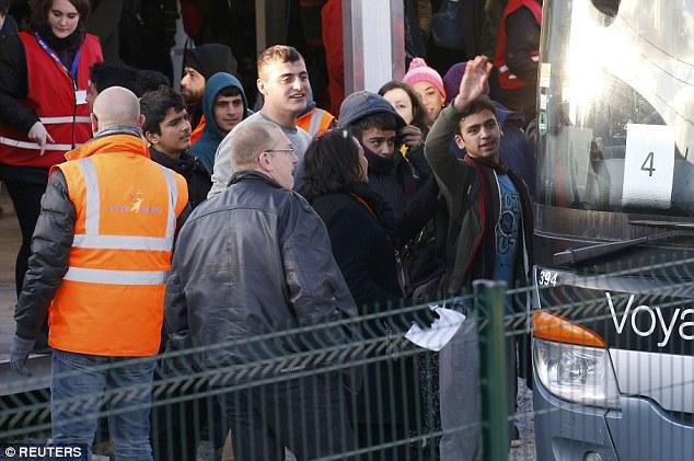 Des centaines de jeunes ont été transportés hors du camp de la Jungle à Calais aujourd'hui comme la ville portuaire a été mis pour être sans migrant pour la première fois ce siècle