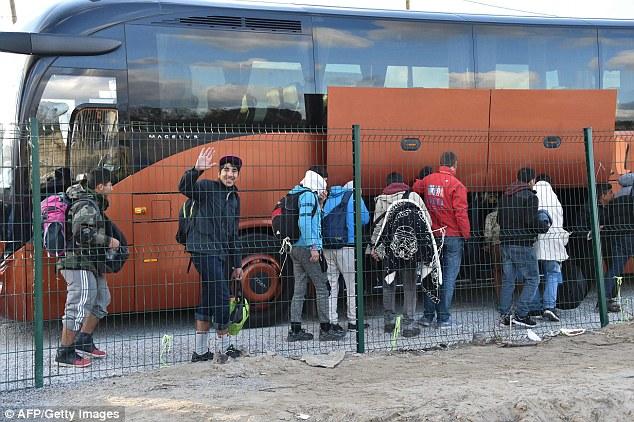 Aujourd'hui, 30 autobus étaient utilisés pour les transporter à 60 centres de réinstallation autour de la France, ce qui signifie que la Jungle sera vide