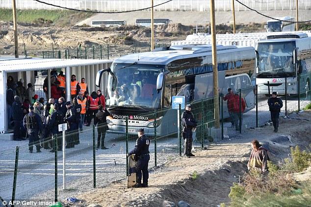 L'évacuation a commencé aujourd'hui à 8h30 avec des jeunes transportés vers de nouveaux centres de migrants